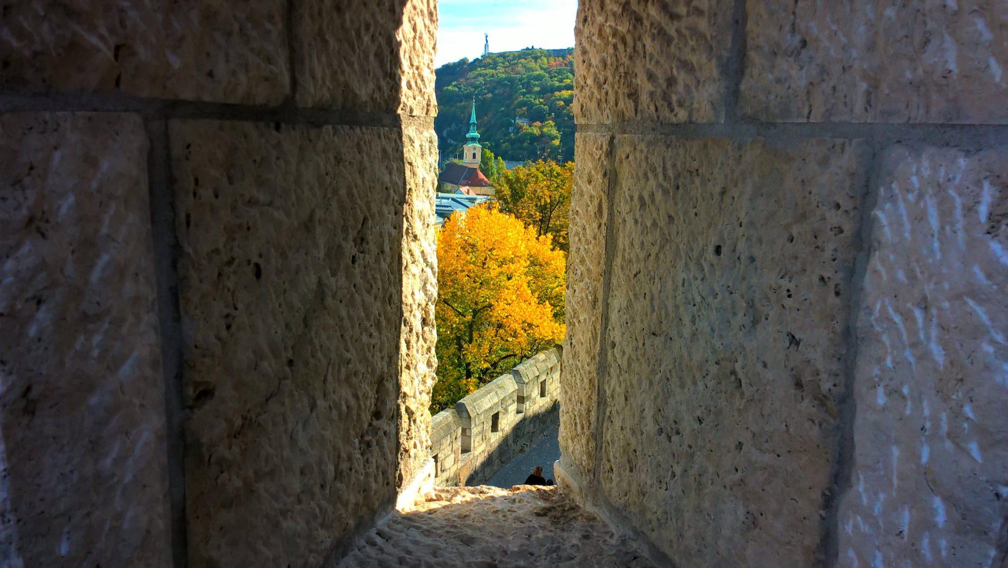 Vista del Monumento de la Liberación que conmemora el fin de la Ocupación Alemana en Hungría, a través de la ventana del Castillo de Buda.