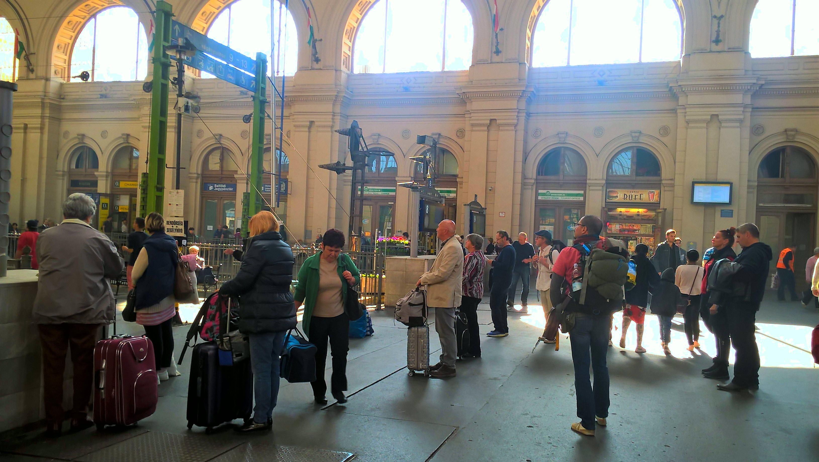 A la espera del tren hacia Alemania. Estación Budapest Keleti, Hungría.
